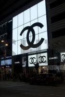 卖不动货 失去尊贵 Chanel 香奈儿放低姿态 一月打两次电话向顾客推销